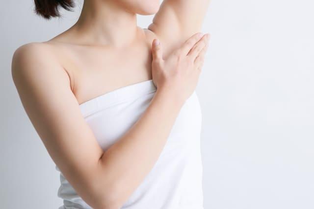 脇の黒ずみを治す方法とは?原因とおすすめ化粧品を紹介